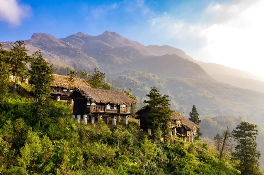 Tầm nhìn rộng ra thung lũng Mường Hoa và núi rừng Tây Bắc