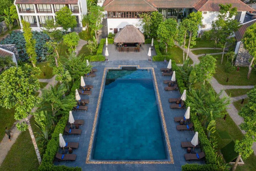 Không gian bể bơi tại Aravinda resort Ninh Bình