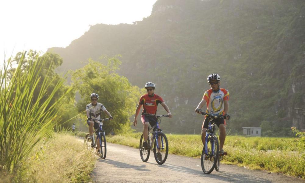 Đạp xe quanh đầm Vân Long, Ninh Bình