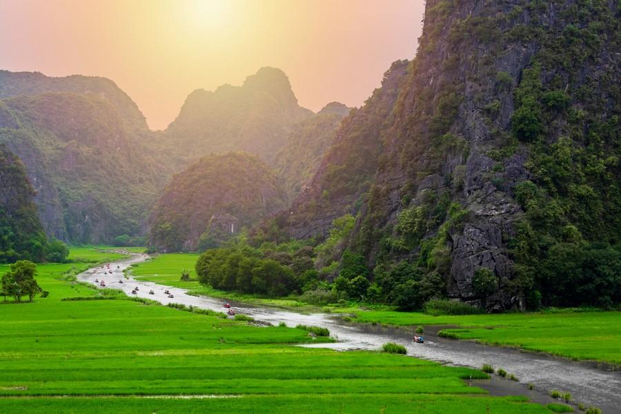 Tam Cốc vào mùa lúa xanh ngát
