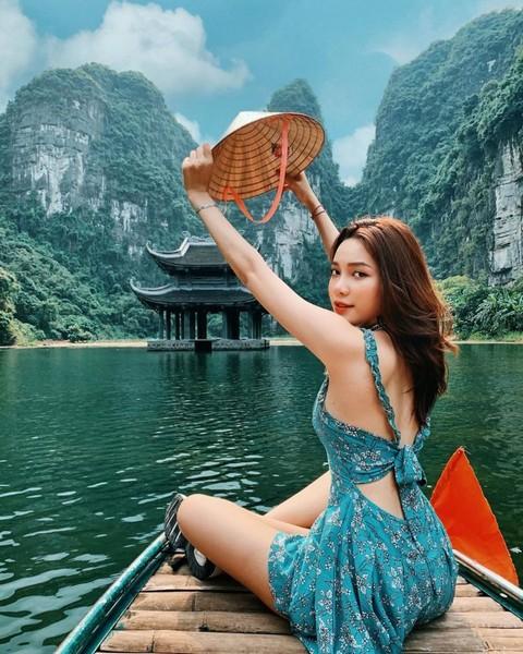 Check-in với cảnh đẹp tai Tràng An khi ngồi trên đò nan