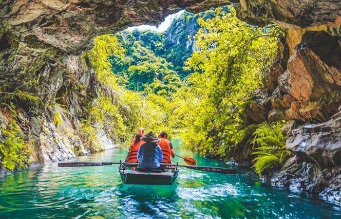 Đu thuyền qua các hang động ở Tràng An