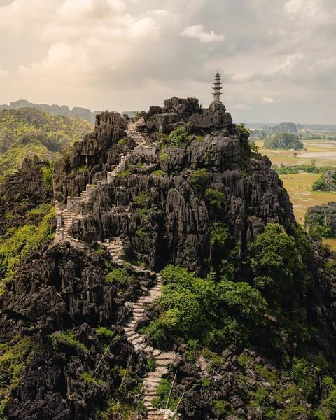 Các bậc đá dẫn lên đỉnh Hang Múa