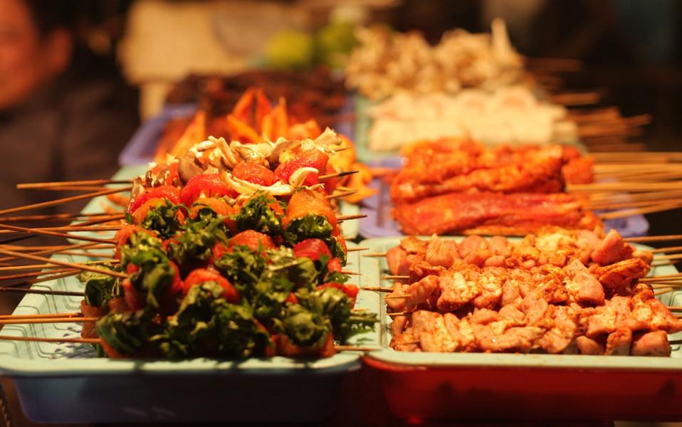Thưởng thức đồ nướng tại khu chợ ẩm thực đêm Sapa