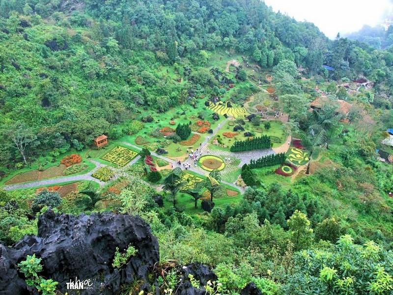 Núi Hàm Rồng, điểm ngắm nhìn thị trấn từ trên cao