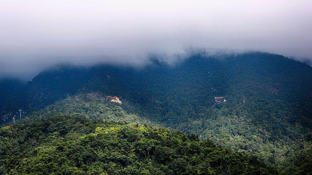 Chùa nằm trên dãy núi Yên Tử hùng vĩ