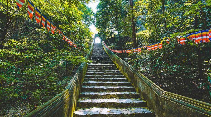 Đường lên thăm Chùa Hương