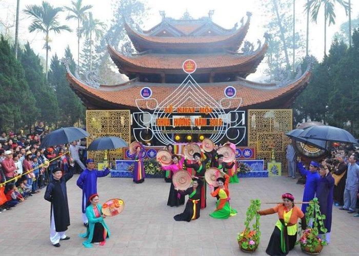 Chùa Hương vào ngày chính hội