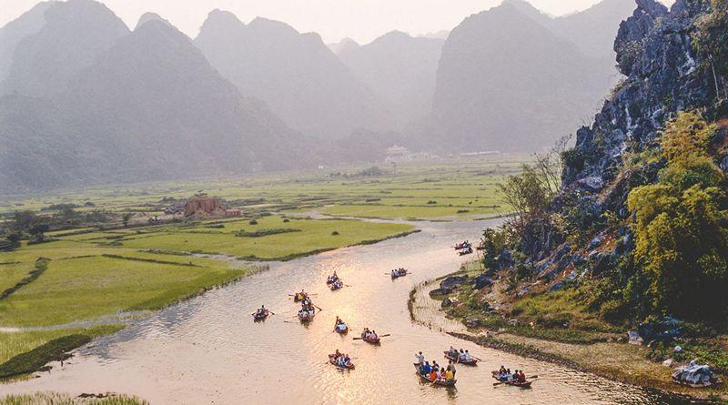 Thuyền đưa khách trên suối Yến tới thăm Chùa Hương