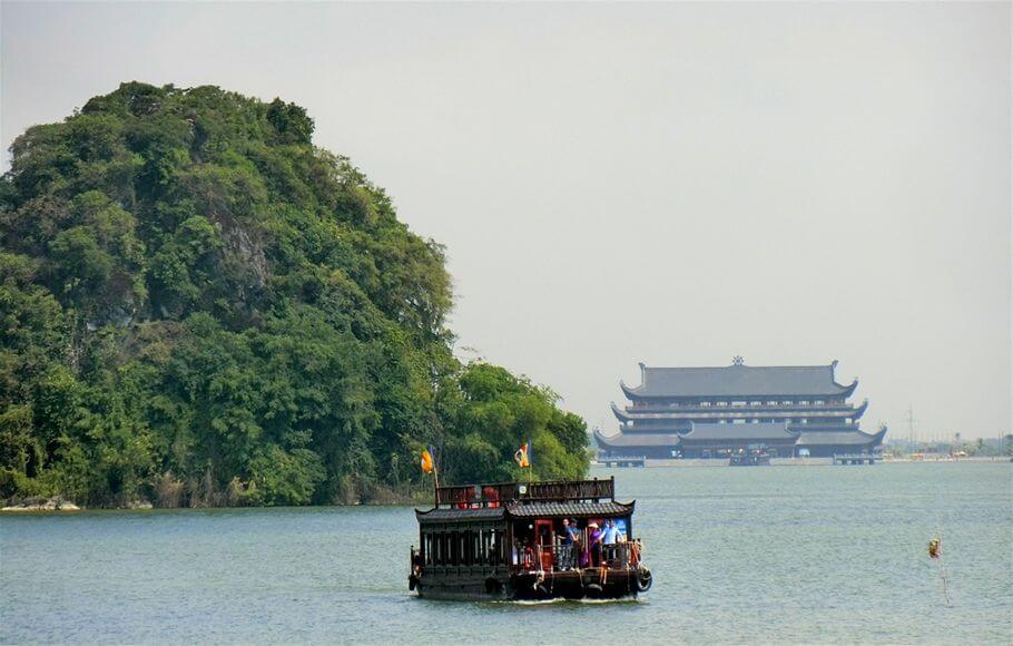 Thuyền đi trên Hồ Tam Chúc