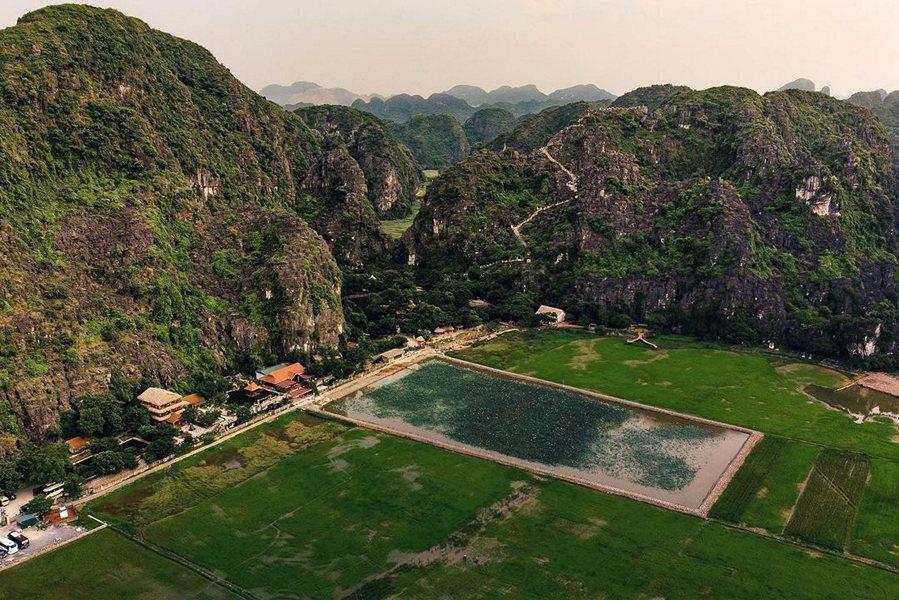 Cảnh quan Ninh Bình dưới chân núi Múa