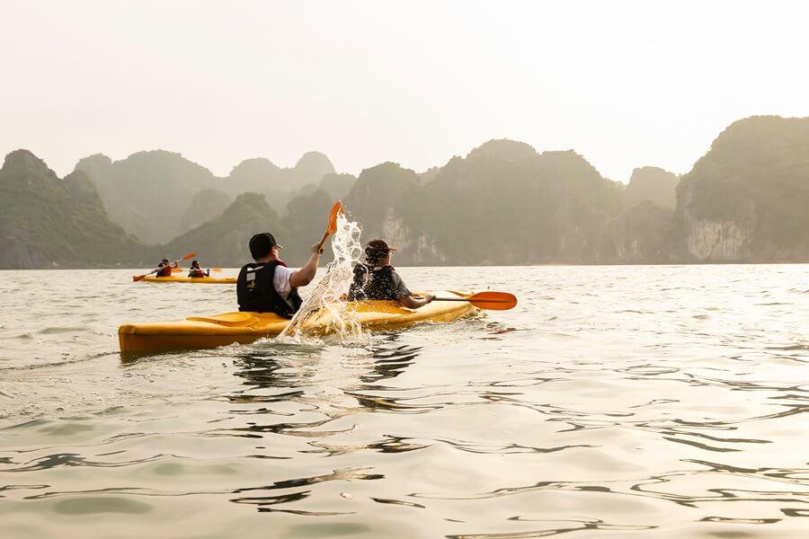 Du khách chèo thuyền kayak khám phá cảnh quan trên biển