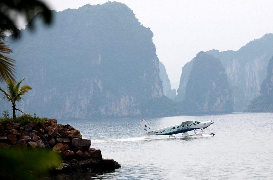 Thủy phi cơ trên mặt biển Hạ Long