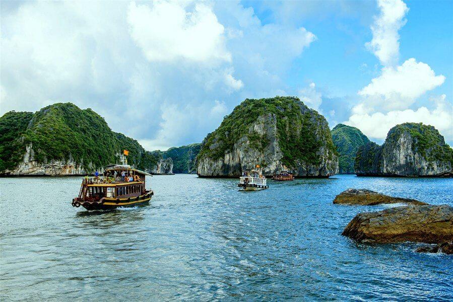 Tàu đi thăm Vịnh Lan Hạ