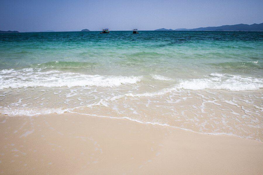Những bãi biển nước trong vắt trên đảo