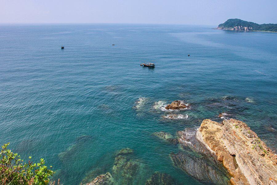 Từ bãi đá Móng Rồng nhìn ra biển Cô Tô