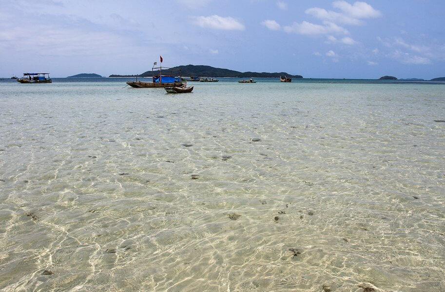 Những bãi biển xanh trong là điểm nổi bật nhất của Cô Tô