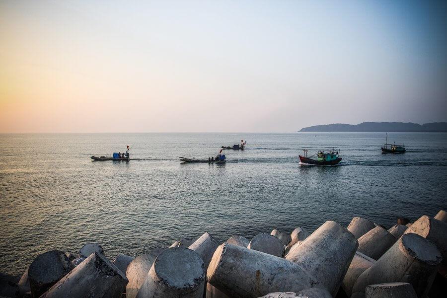 Từ âu cảng Cô Tô các tàu thuyền di chuyển trên biển