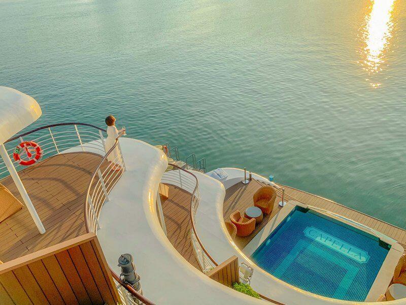 Góc check-in toàn cảnh Vịnh Lan Hạ trên những mái vòm lượn sóng, phía dưới là bể bơi