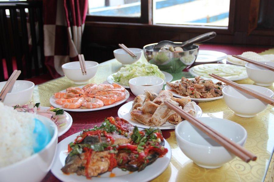 Bữa trưa trong hành trình thăm vịnh