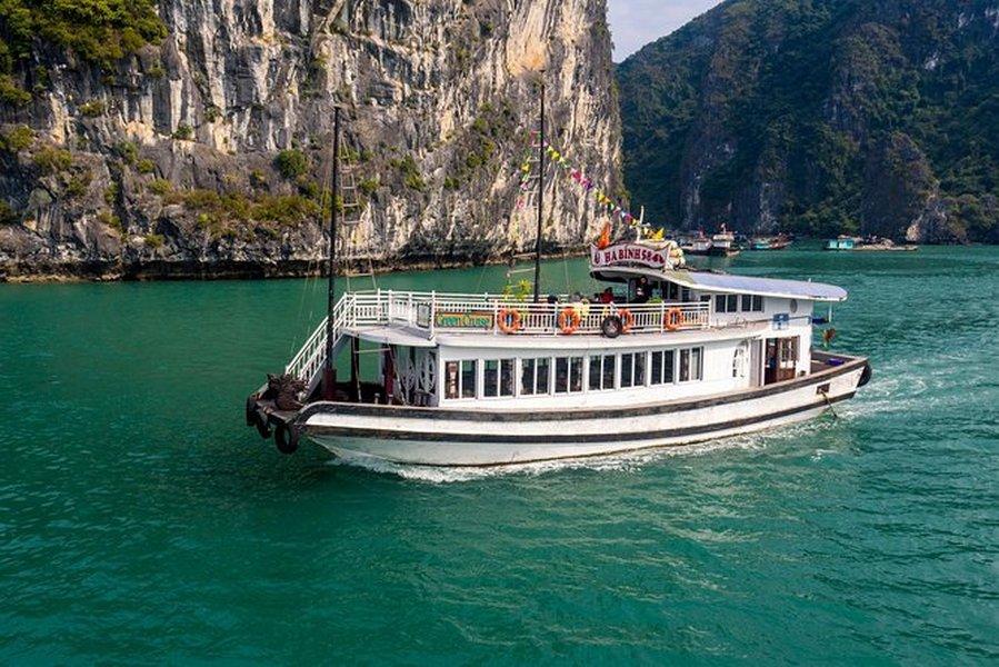Tàu đưa khách thăm vịnh Hạ Long 4 tiếng